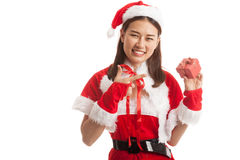 Азиатский пункт девушки Санта Клауса рождества к подарочной коробке Стоковые Фото