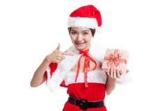 Азиатский пункт девушки Санта Клауса рождества к подарочной коробке Стоковые Фотографии RF