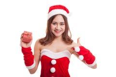 Азиатский пункт девушки Санта Клауса рождества к подарочной коробке Стоковое фото RF