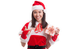 Азиатский пункт девушки Санта Клауса рождества к подарочной коробке Стоковая Фотография RF