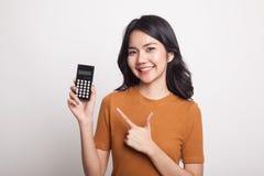 Азиатский пункт женщины к калькулятору Стоковые Фотографии RF
