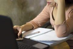 Азиатский работник женщины страдая от повреждения, усталости, боли на шеи, мышце, усилил во время работать с ноутбуком в течение  стоковое фото rf