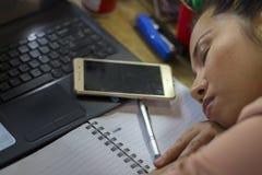 Азиатский работник женщины страдая от повреждения, усталости, боли на шеи, мышце, усилил во время работать с ноутбуком в течение  стоковое фото