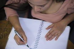 Азиатский работник женщины страдая от повреждения, усталости, боли на шеи, мышце, усилил во время работать с ноутбуком в течение  стоковые фото
