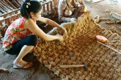 Азиатский работник, циновка койра, вьетнамец, волокно кокоса стоковые изображения