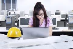 Азиатский разработчик работая в офисе 1 стоковое фото