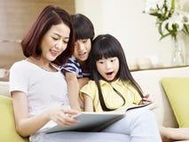 Азиатский рассказ чтения матери до 2 дет Стоковое Изображение