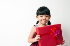 Азиатский ребенок с красной коробкой подарка Стоковое фото RF