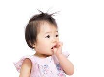 Азиатский ребёнок всасывает палец в рот Стоковые Фото
