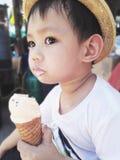 Азиатский ребёнок есть мороженое, Стоковые Фото
