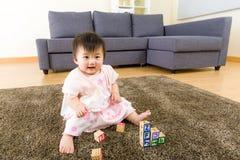 Азиатский ребёнок играя блок игрушки стоковые изображения rf