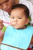 Азиатский ребёнок к еде еды в концепции здоровых ед и гайки Стоковые Изображения RF