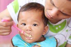 Азиатский ребёнок к еде еды в концепции здоровых ед и гайки Стоковое Фото