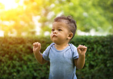 Азиатский ребёнок стоя в зеленой природе Стоковое Изображение