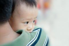 Азиатский ребёнок с его отцом Стоковые Фотографии RF