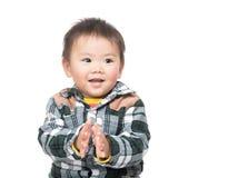 Азиатский ребёнок хлопая рука стоковое изображение rf