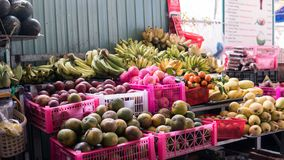 азиатский рынок плодоовощ fruits тропическо стоковое изображение