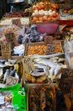 Азиатский рынок расположенный около подполья города Гонконга Стоковое Фото