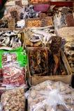 Азиатский рынок расположенный около подполья города Гонконга Стоковые Фото