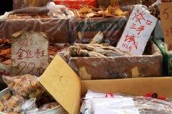 Азиатский рынок расположенный около подполья города Гонконга Стоковая Фотография