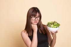 Азиатский салат ненависти женщины стоковая фотография rf
