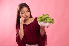 Азиатский салат ненависти женщины стоковые фотографии rf