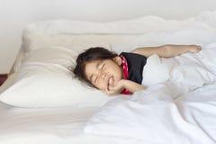 азиатский спать девушки кровати Стоковые Изображения