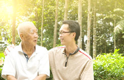 азиатский старший человека стоковые фотографии rf