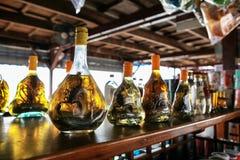 Азиатский стойл рынка сувенирного магазина с бутылками тинктуры змейки и спирта scorpio Стоковые Изображения