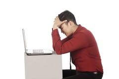 Азиатский стресс бизнесмена работая с компьтер-книжкой Стоковые Изображения RF