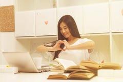 Азиатский студент связывая Стоковое Изображение