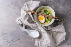 Азиатский суп с яичками, луком и шпинатом Стоковые Изображения RF