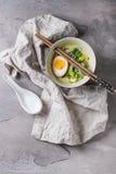Азиатский суп с яичками, луком и шпинатом Стоковое фото RF