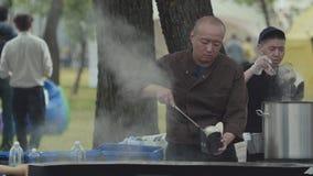 Азиатский счетчик фаст-фуда улицы на парке города, большом испаряясь вке металла видеоматериал