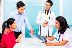 Азиатский терпеливый офис доктора консультации стоковое фото