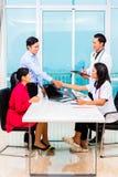 Азиатский терпеливый офис доктора консультации стоковое изображение rf
