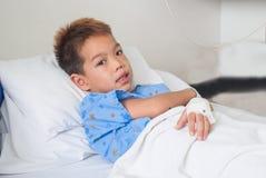 Азиатский терпеливый мальчик с соляным intravenous (iv). Стоковые Фотографии RF