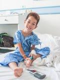 Азиатский терпеливый мальчик с соляным intravenous (iv). Стоковые Фото