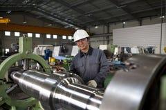 Азиатский техник на мастерской инструмента Стоковое Изображение RF