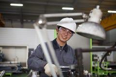 Азиатский техник на мастерской инструмента Стоковые Изображения RF