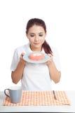 Азиатский торт и улыбка клубники запаха девушки Стоковая Фотография RF