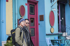 Азиатский туристский идти вдоль ретро винтажного магазина стоковая фотография rf