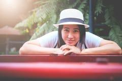 Азиатский турист девушки нося ее шляпу положил сторону в наличии стоковые изображения
