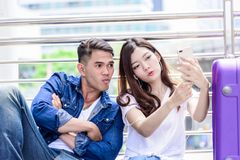 Азиатский турист пар имеет слушать и selfie музыки совместно Стоковые Изображения