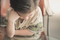 Азиатский думать ребенка Стоковое фото RF