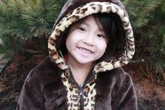 азиатский усмехаться клобука девушки Стоковая Фотография