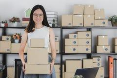 Азиатский усмехаться коммерсантки и счастливые успешно полученные заказы от онлайн клиентов в homeoffice E стоковые фотографии rf