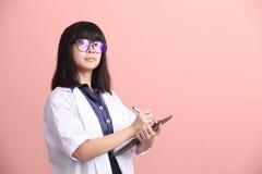 Азиатский ученый принимая примечание на таблетке Стоковое Изображение RF