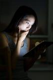 Азиатский удар чувства женщины смотря таблетку Стоковая Фотография
