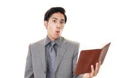 азиатский удивленный бизнесмен стоковая фотография